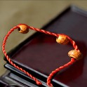 Bracelet porte bonheur en fil rouge