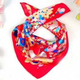 Foulard carré en soie rouge avec motif